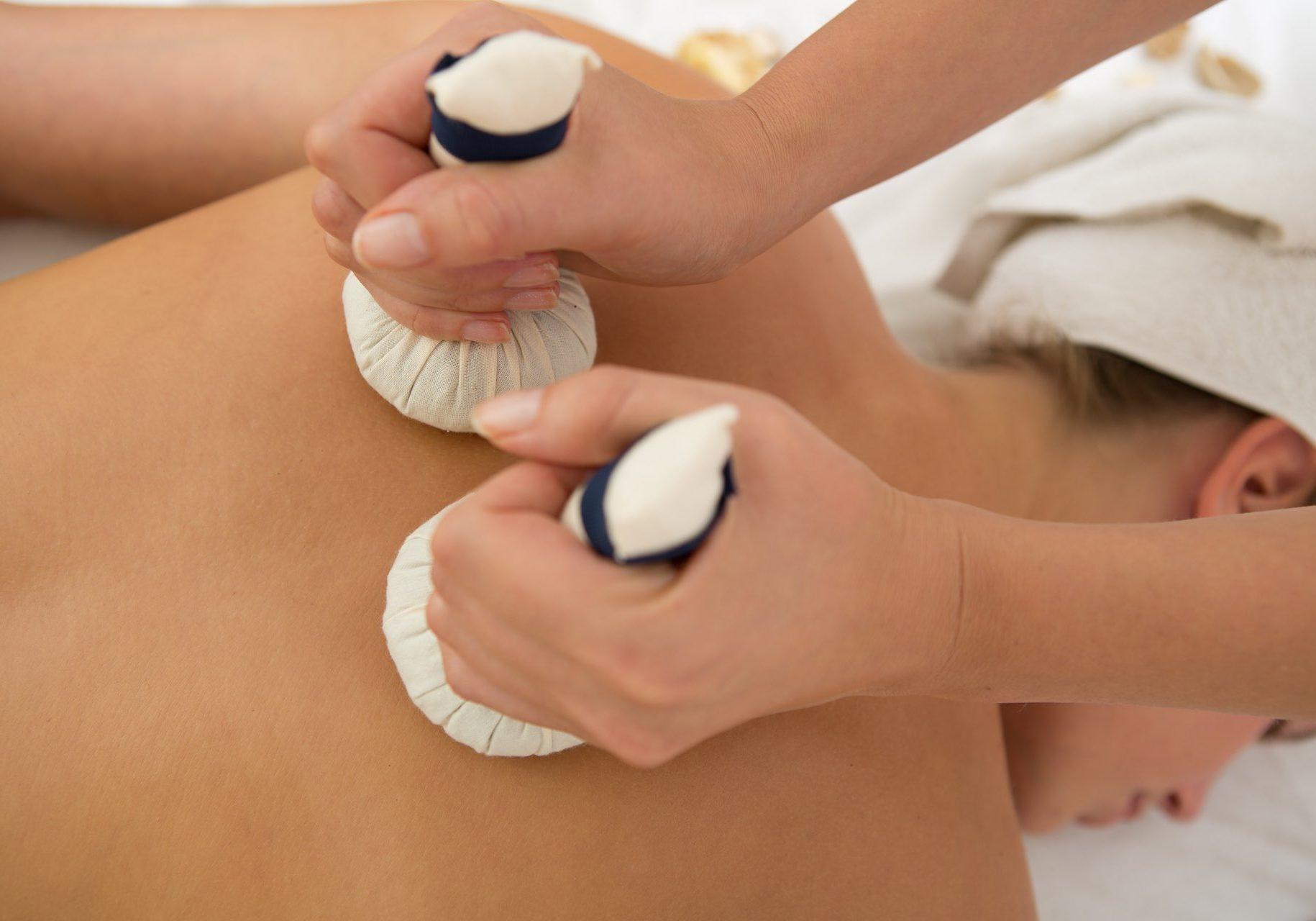 masaža z zeliščnimi snopi